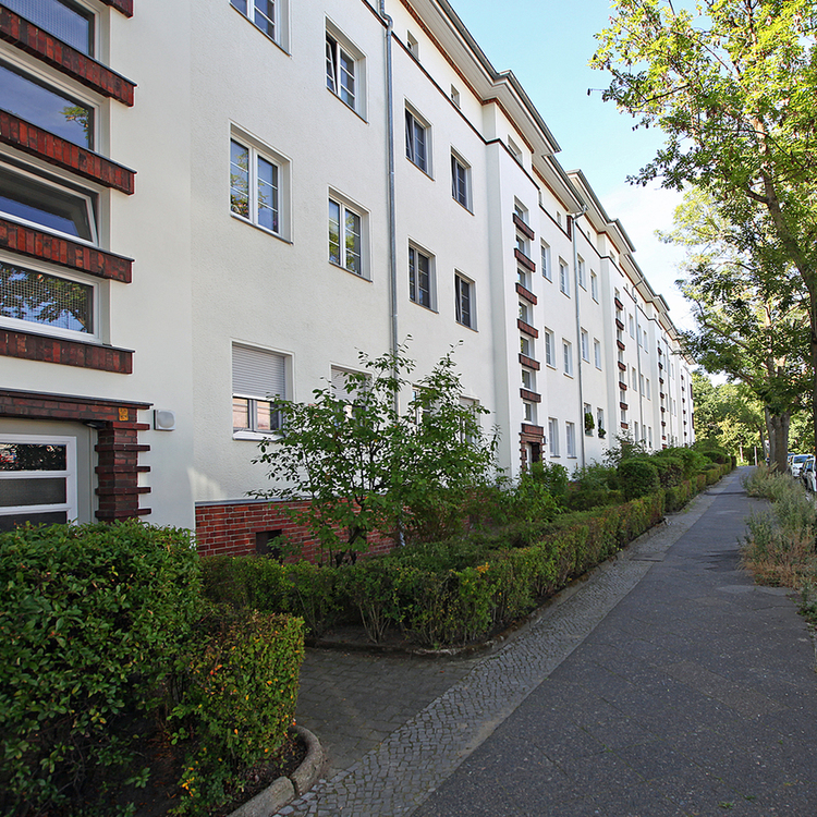 Berlin Britz: Vacant 2,5 room apartment with balcony close to the park at the Buschkrug