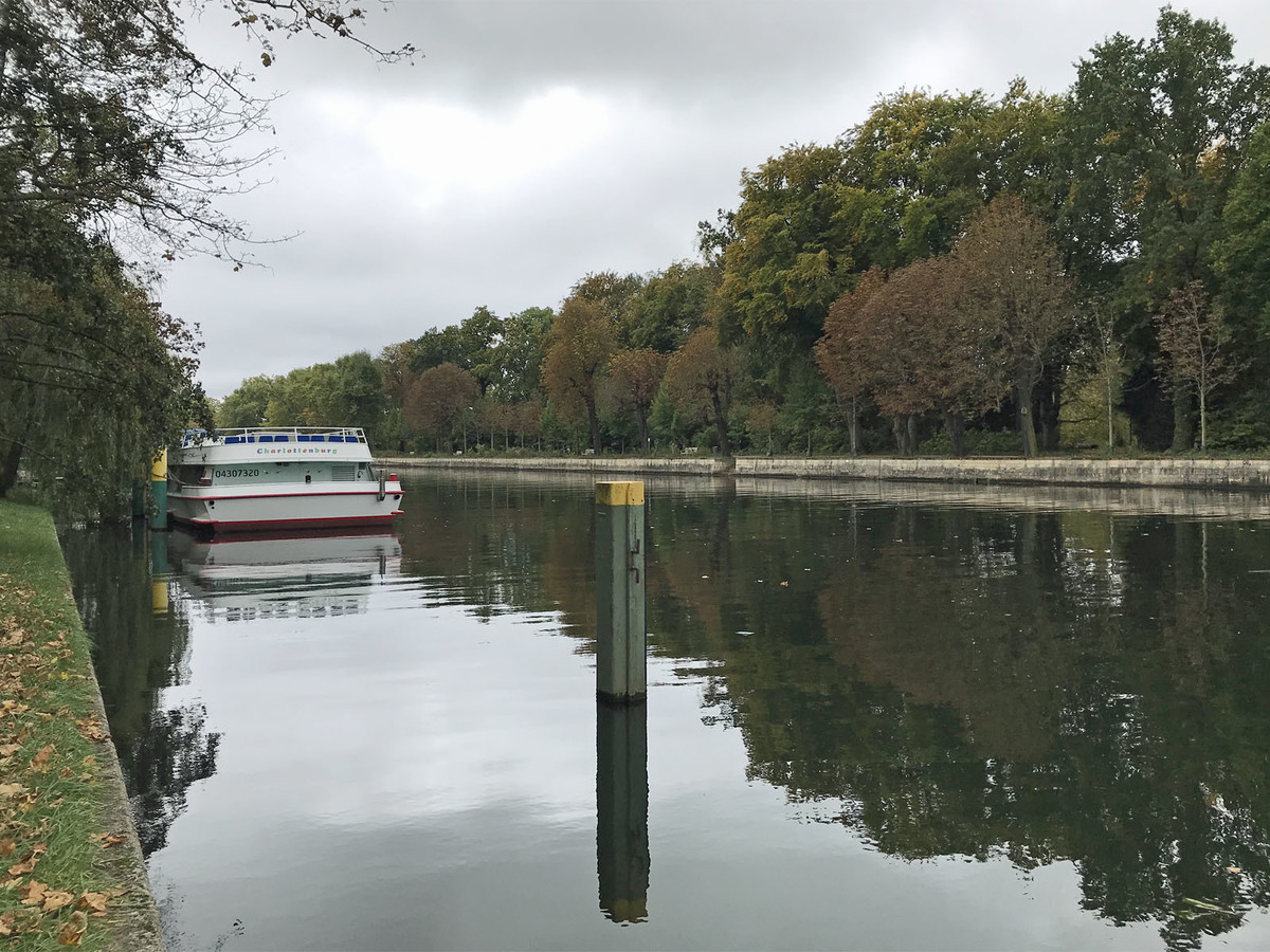 River bank of the Spree with view at the Schlosspark | Herschelstraße